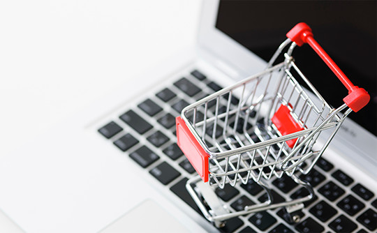 パソコンの上に乗っているショッピングカート