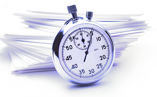 書類の前に置かれた時計